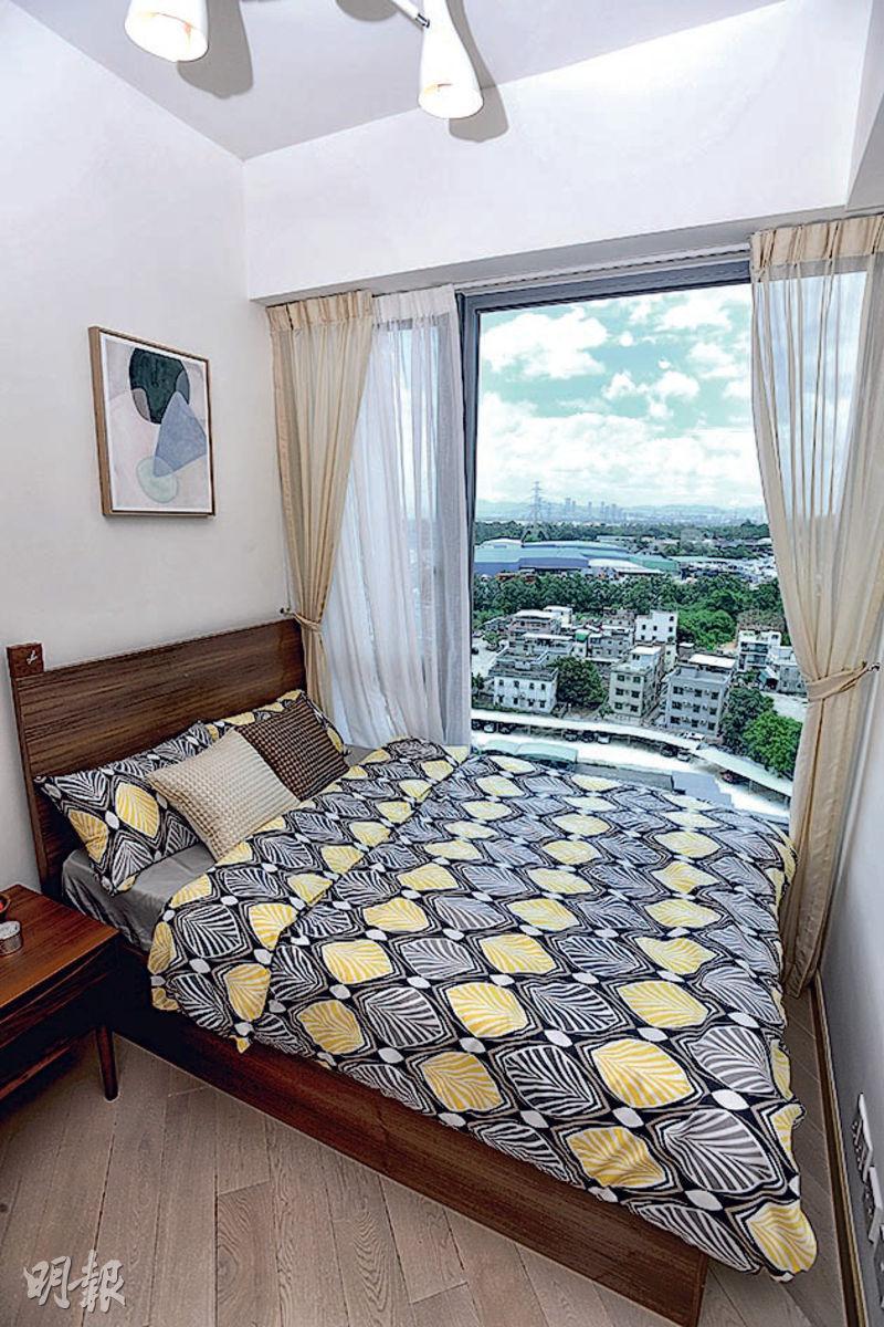 PARK YOHO Milano連裝修單位戶型屬兩房連儲物室間隔,睡房內睡牀靠近大窗,外望翠綠景色。(楊柏賢攝)