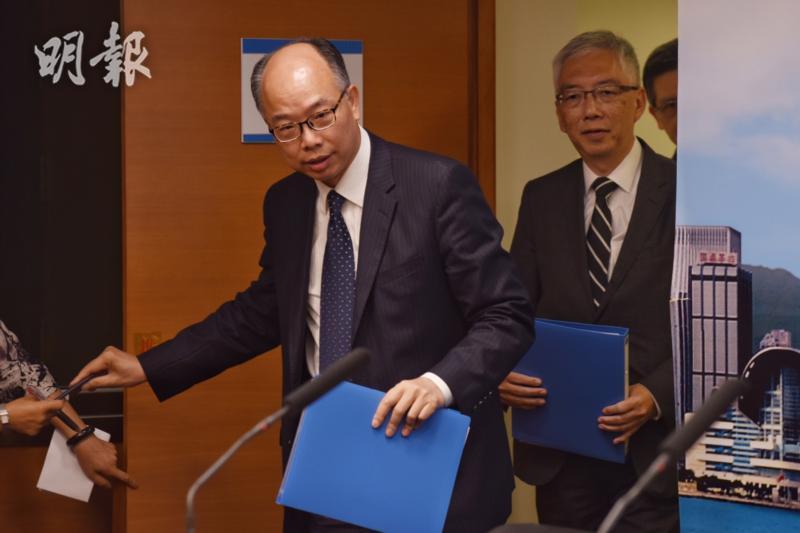 運房局長陳帆(左)與多名政府官員出席記者會。(鍾林枝攝)