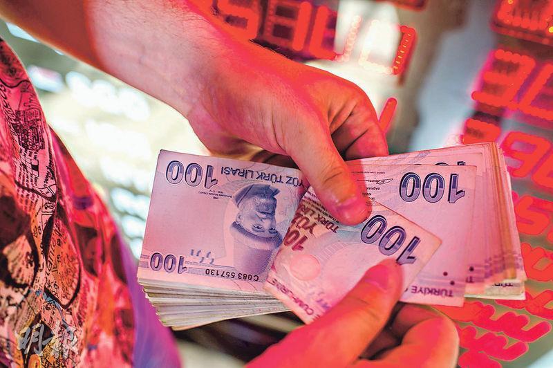 市場憂土耳其龐大的美元及其他外幣債務惡化,令當地危機蔓延至其他新興市場,土耳其里拉兌每美元應聲跌穿6.8見新低,跌幅曾擴大至23%。(法新社)