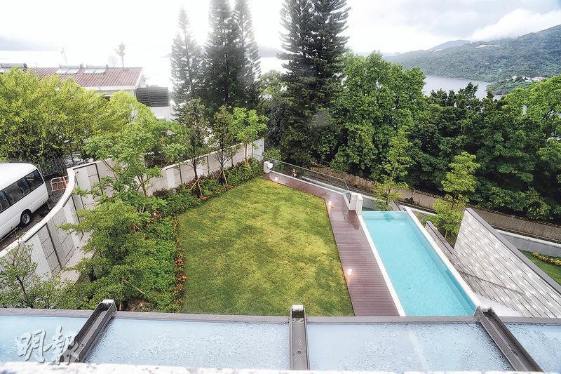 在獨立屋的天台上,可同時飽覽屋內外的林木景致和牛尾灣景。(攝影 劉焌陶)