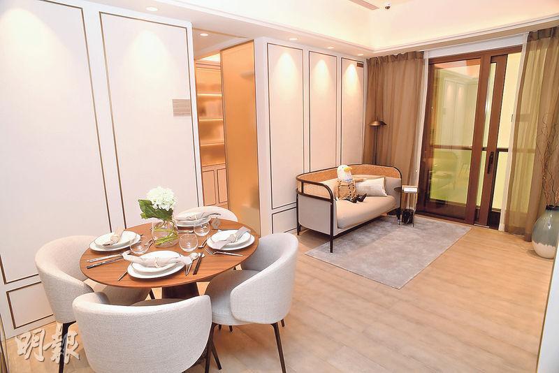 三房示範單位以1座38樓E室為藍本,實用644方呎,客飯廳間隔分明,以白色為主調。(劉焌陶攝)