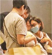 影后惠英紅(戴口罩者)昨與家人現身日出康城LP6銷售處,據悉其家人有認購。