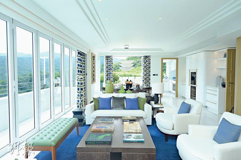 澐瀚示範單位﹕澐瀚首開放特色戶示範單位,大廳以白色為主調,配以藍色和綠色的暖色系作點綴,並外連363方呎平台,引景入戶。(鍾林枝攝)