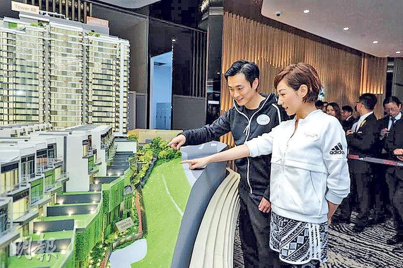 萬科香港業務部副總裁(市場營銷)周銘禧(左)與劉心悠(右)一同參觀項目示範單位,劉心悠表示,屋苑內設有1公里緩跑徑,適合愛運動的她。(張允亭攝)