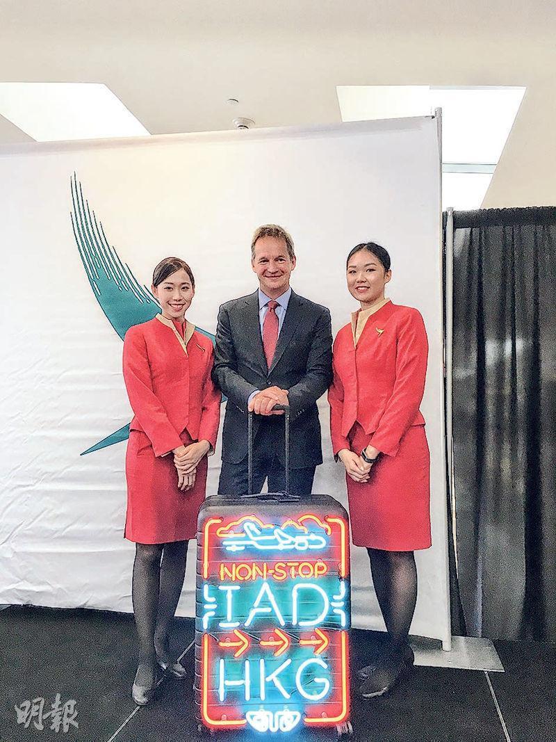 國泰行政裁何杲(中)說,直飛華盛頓16小時的航班,是他坐過最長程的飛機,但強調乘坐A350-1000的旅途相當舒適。