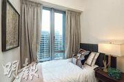 睡房座向與大廳相同,玻璃大窗旁擺放單人床,外望園色同時,亦加強採光度。(攝影 劉焌陶、曾憲宗)