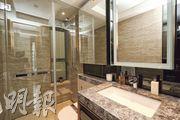 浴室牆身以雲石鋪砌,提供鏡櫃供住戶儲物。(攝影 劉焌陶、曾憲宗)