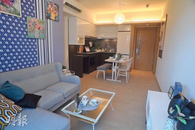 兩房單位大廳提供開放式廚房,利用小餐桌劃分客廳及用餐區。(攝影 劉焌陶、曾憲宗)
