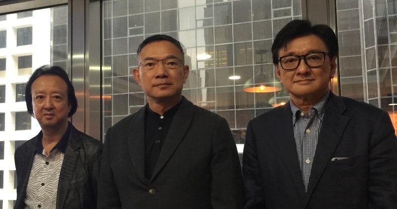 圖(左起)為瑞年小股東代表關細彬、立法會議員謝偉俊、小股東代表梁衛民。