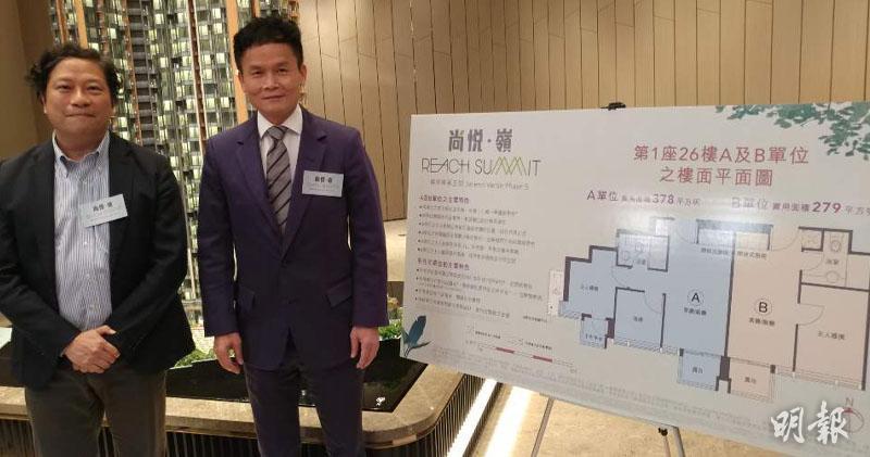 林達民(右),旁為負責設計尚侻.嶺的興業建築師樓董事何樹基。(林可為攝)