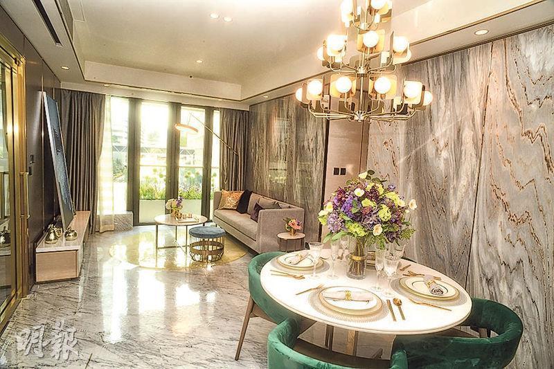 現樓示範單位為1座5樓A室,實用面積975方呎,大廳以灰色為主調,以大量石材鋪砌牆身及地板。(攝影 劉焌陶)