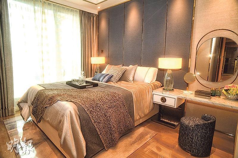 主人睡房設有玻璃大窗,旁邊放置雙人牀及梳妝枱後,仍有不少空間走動。(攝影 劉焌陶)