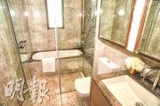 主人浴室空間寬敞,淋浴間及浴缸兼備。(攝影 劉焌陶)