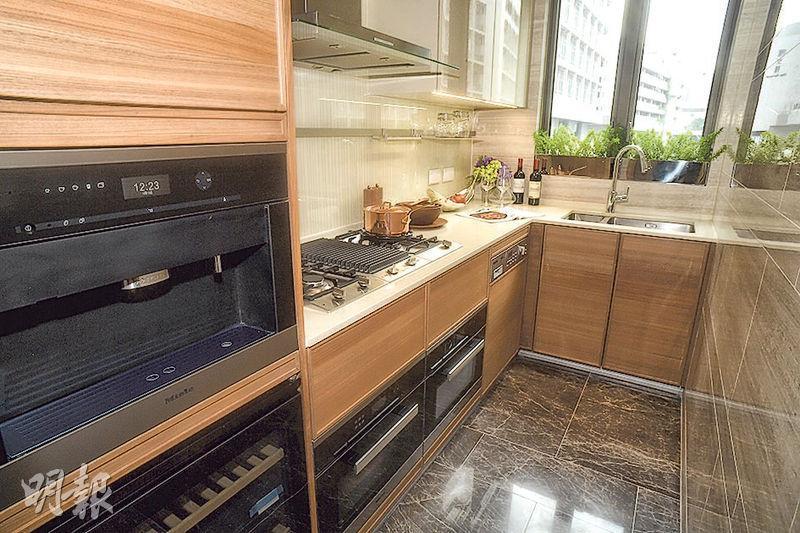 廚房提供木色廚櫃及曲尺形工作枱面,設有通風窗。(攝影 劉焌陶)