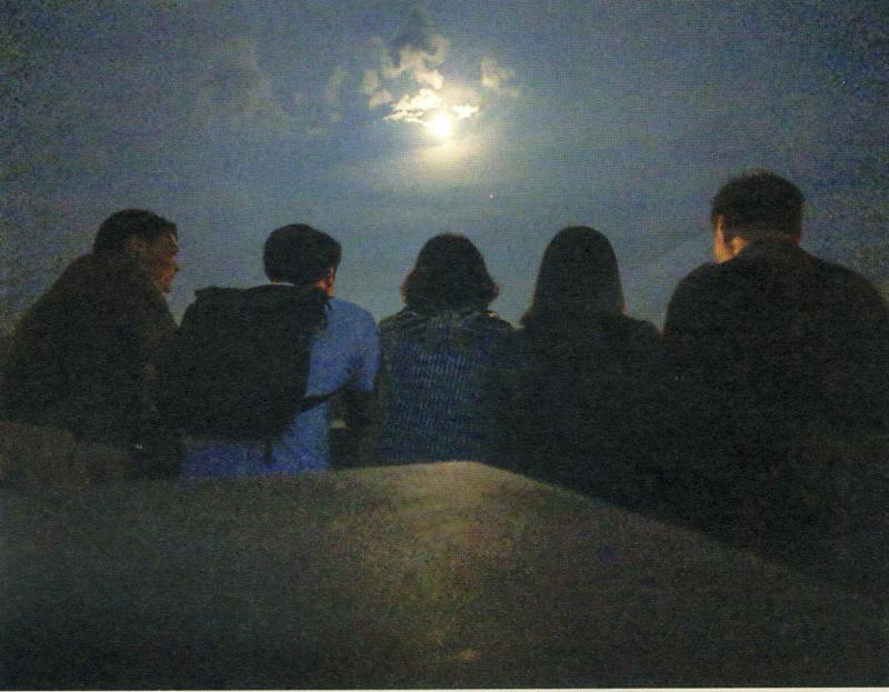 2018年8月,一家人往斯洛文尼亞旅行,在月夜留影。(來源:《永遠懷念郭炳湘》的回憶錄)。