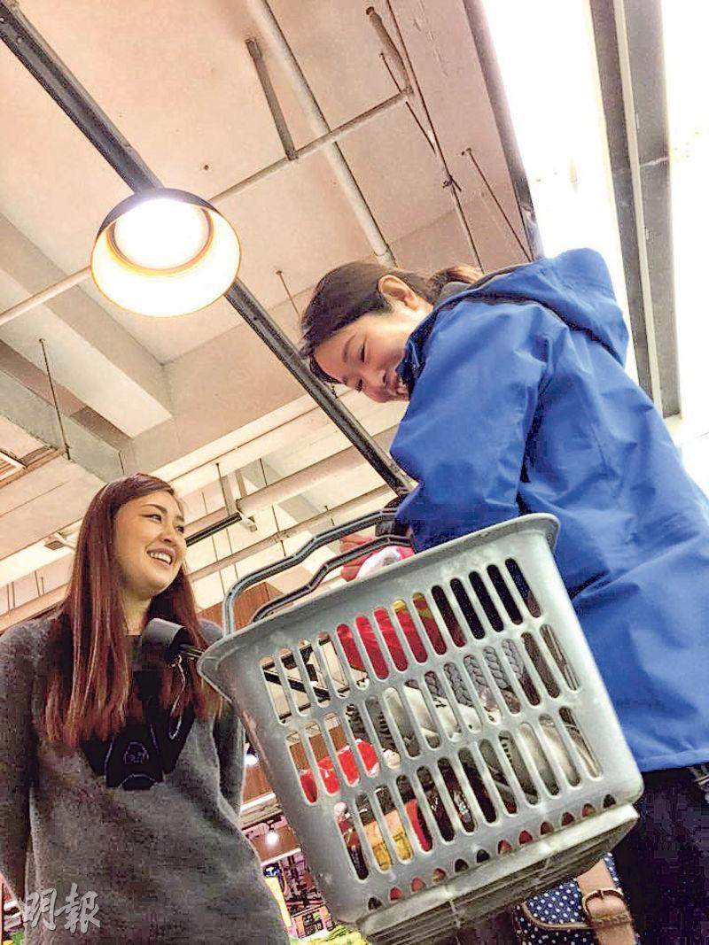 上海市民張小姐(左)與友人(右)表示,現在雙十一已不再是「手機族」獨享,市面氣氛有過之而無不及。(陳子凌攝)