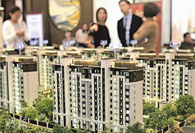 多家大行看淡明年內地樓價,銀河聯昌證券一份明年內地樓市前景報告下調2019年樓價預測,由此前預測持平轉為估跌一成。(中新社)