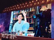 阿里巴巴集團董事局主席馬雲在「天貓雙11狂歡夜」有新搞作,在直播晚會上挑戰美妝直播網紅等相關職業,在比拼塗口紅時,馬雲說出「哎呀,我自己看越(愈)看越(愈)舒服」等網紅金句。(蕭嘉聰攝)