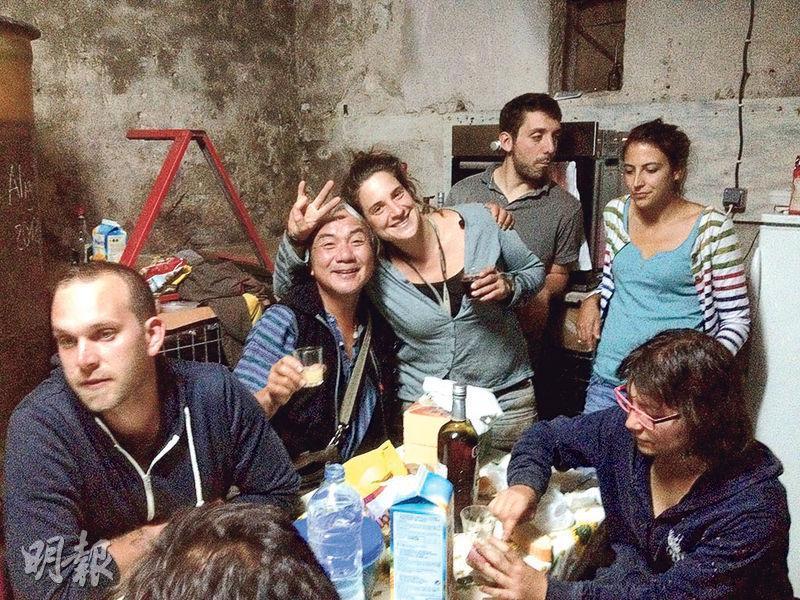 摘葡萄是十分消耗身力的粗活,也只有年輕力壯才能勝任。勞累了一整天後青春活力晚間繼續釋放,在古董的簡陋酒窖騰出空間,流行音樂震天,飲酒作樂放蕩不羈。