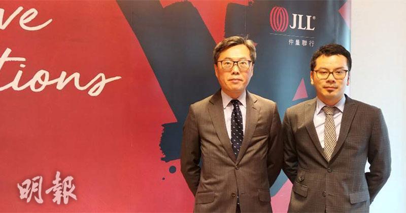 仲量聯行曾煥平(左)表示,10年升市完結,明年底前跌15%。