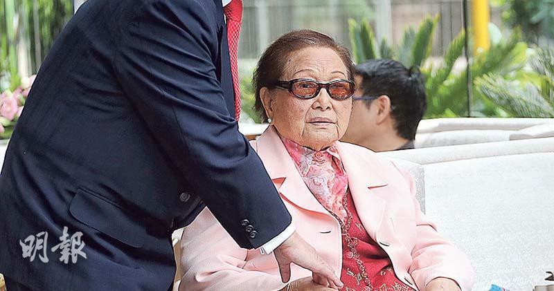 羅老太:冀百歲大壽子孫斟茶行禮