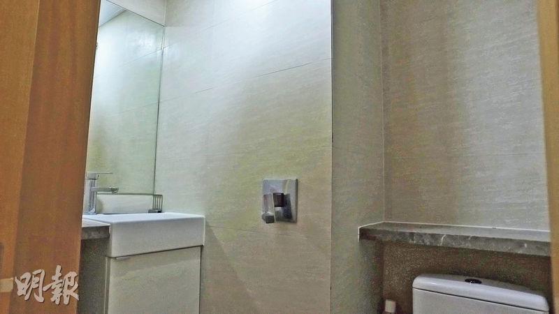 同系的另一項目位於觀塘萬年工業大廈,其中一個工作室建築面積296方呎,售價288萬,並附有獨立洗手間。