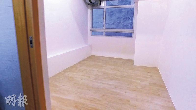 工作室間隔呈方形,內籠一目了然,設有一個窗戶,惟外望樓景,另備有冷氣設備。