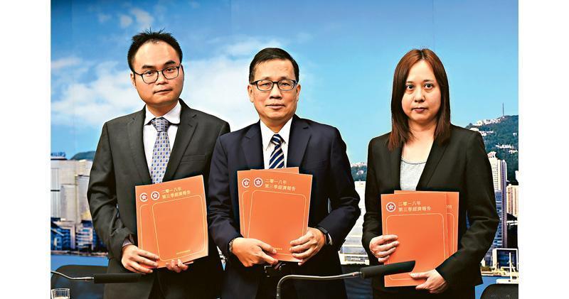 香港第三季經濟按年增長2.9%,較預期差。政府經濟顧問歐錫熊(中)表示,貿易戰對環球經濟氣氛、金融市場波動等間接影響,比關稅本身的直接影響更大。(中通社)