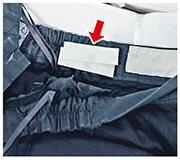 為客戶大批量制服加入RFID晶片(箭嘴示),只要「嘟一嘟」就知道衣物等清洗次數,客戶亦知道衣物的壽命長短,助其更換採購。(馮凱鍵攝)