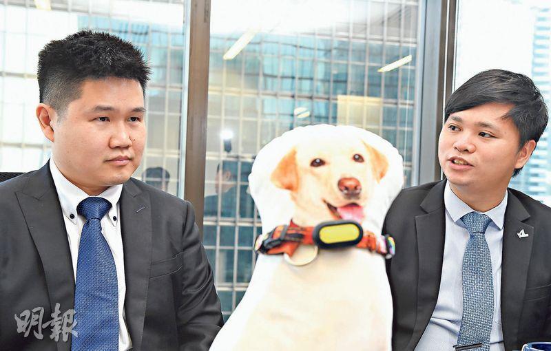 信佳首席科技總監吳民卓(左)表示,透過智能頸帶收集數據,有助開發及打開寵物保險市場。旁為進邦匯理業務發展主管陳樂榮。(劉焌陶攝)