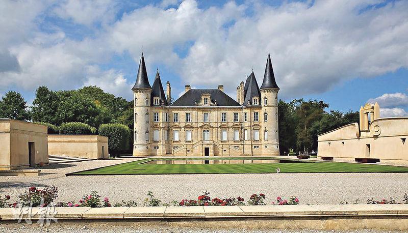去波爾多逛酒莊,即使迷路也不難碰上氣派高雅的Château Pichon-Longueville Baron古堡,就在連接名酒村波雅克(Pauillac)和Saint- Julien 狹窄公路的路邊。