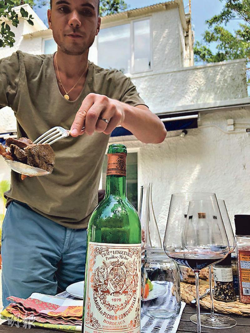 就算是深秋,赤柱的南國氣溫正適宜在花園中吃個簡便午餐。兒子開了瓶簡稱「男爵」的陳年波爾多左岸二級列級酒莊紅酒。他百務纏身,相信又是做酒窖生意的朋友介紹的。