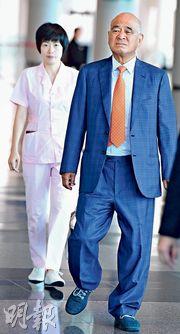 新創建主席鄭家純(右)近期復出,昨出席股東周年大會時,更有私人看護跟身。(劉焌陶攝)