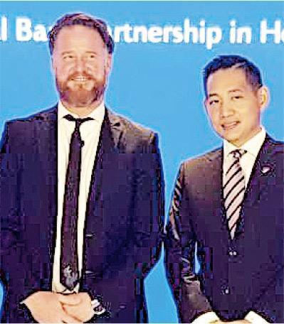 康宏環球宣布以1.54億港元入股英國虛擬銀行,圖為康宏創業投資部主管葉孫銘(右)及Tandem創辦人及行政總裁Ricky Knox。(歐陽偉昉攝)