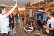 仁山優社備有VR遊戲治療系統,讓中風、柏金遜症等患者透過互動遊戲改善活動能力,並利用大數據分析。(劉焌陶攝)