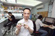 艾栢斯鐘錶共同創辦人程思遠,摸索出以個人訂造陀飛輪表,加上景泰藍表盤、香港組裝的策略。(曾憲宗攝)