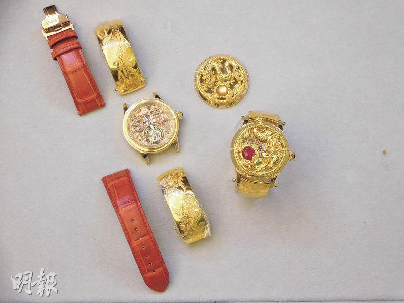 圖右為龍鳳足金陀飛輪手表,其表蓋圖案有如龍鳳鈪,專為結婚使用。當拆下表蓋、換上圖左的表帶之後,就變成普通手表。(薛偉傑攝)