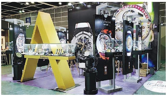 經過3年多的試驗,艾栢斯鐘錶今年9月份在「香港鐘表展」中展出其景泰藍系列產品,圖為該公司的攤位。(公司facebook專頁)