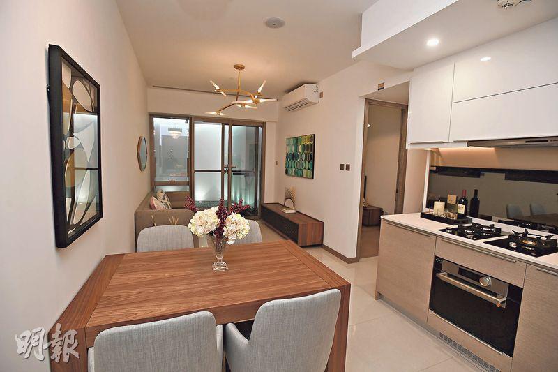 大埔白石角海日灣開放以2座2樓B室為藍本的連裝修示範單位,實用面積505方呎,屬2房間隔,單位設計簡約,飯廳擺放4人餐桌。(賴俊傑攝)