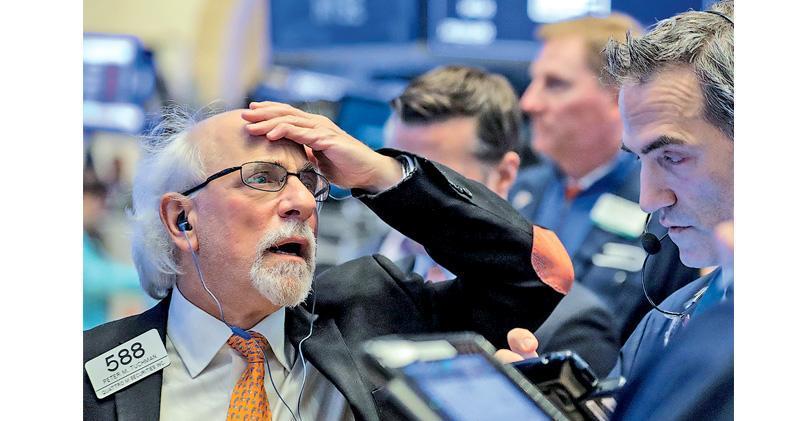 油價未能止住跌勢,紐約期油上周五跌近7.71%,拖累美國能源股表現,加上蘋果、亞馬遜等科技股繼續下滑,美股三大指數周五全線下跌。(路透社)