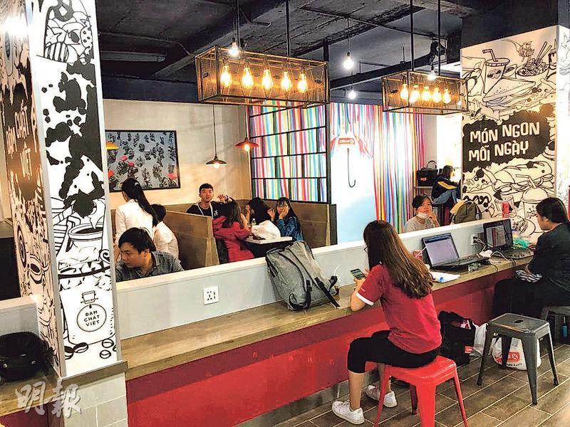 越南一些Circle K旗艦店可以兩層或更多層的設計,提供大量枱椅供顧客逗留消費甚至工作,另有免費wifi讓顧客使用。