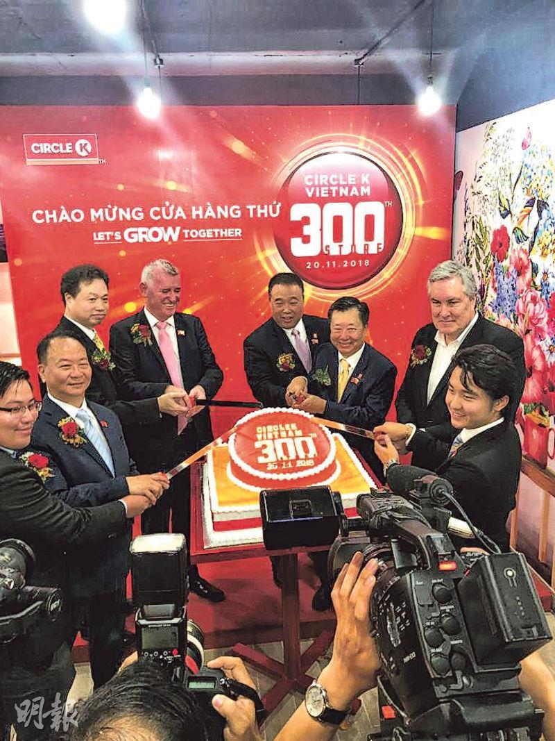 金源米業10年前於越南發展Circle K便利店業務,現已是當地最大便利店的經營商。圖為上星期第300家分店開張的情况,右一為集團主席林烱熾。