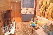 發展商開放1房連裝修示範單位,選用木紋顏色的材料佈置,大廳間隔四正,有充足空間放置梳化及小茶几。(攝影 劉焌陶)