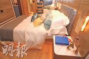 睡房用色與大廳一致,擺放雙人牀後,仍可三邊上落牀,旁邊為浴室。(攝影 劉焌陶)