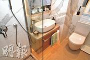 浴室以白色石材鋪砌,備有淋浴間、鏡櫃等。(攝影 劉焌陶)