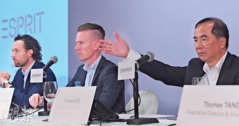 思捷昨公布新一輪「重組計劃」,裁減成本計劃裁減全球近四成非前線員工,並加速關閉分店,圖右為集團執行主席柯清輝,中為行政總裁Anders Kristiansen。(劉焌陶攝)