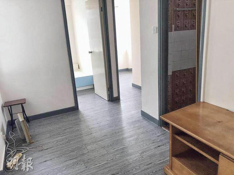 呈L形的客飯廳面積約有100餘方呎,對正兩間睡房、廁所和廚房的門口,單位間隔一目了然。