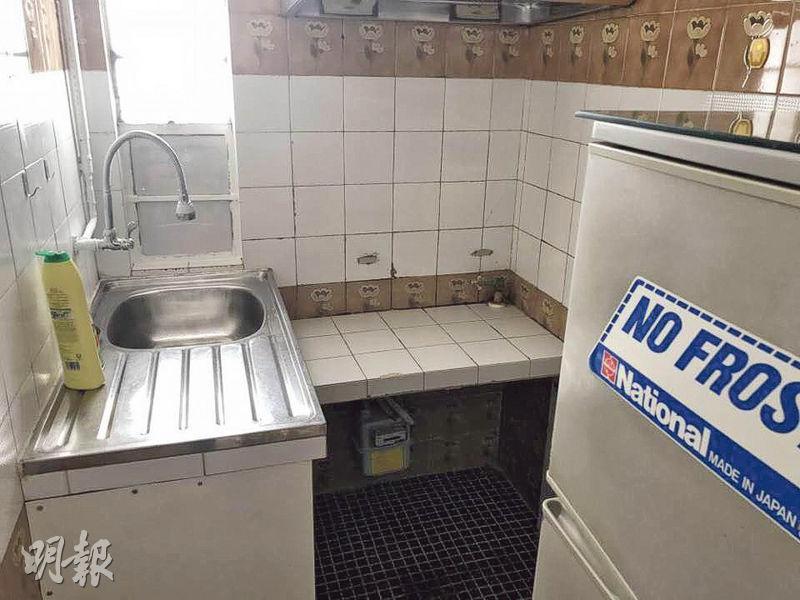 廚房裝修較舊,而且空間狹小,放置雪櫃後餘下空間難以同時容納兩人煮食。