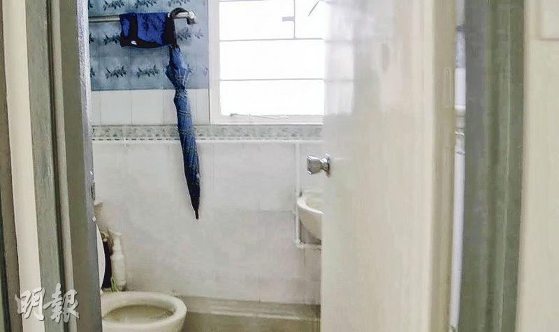 廁所裝修簡單,設有坐廁、企缸和抽氣窗,有助通風。