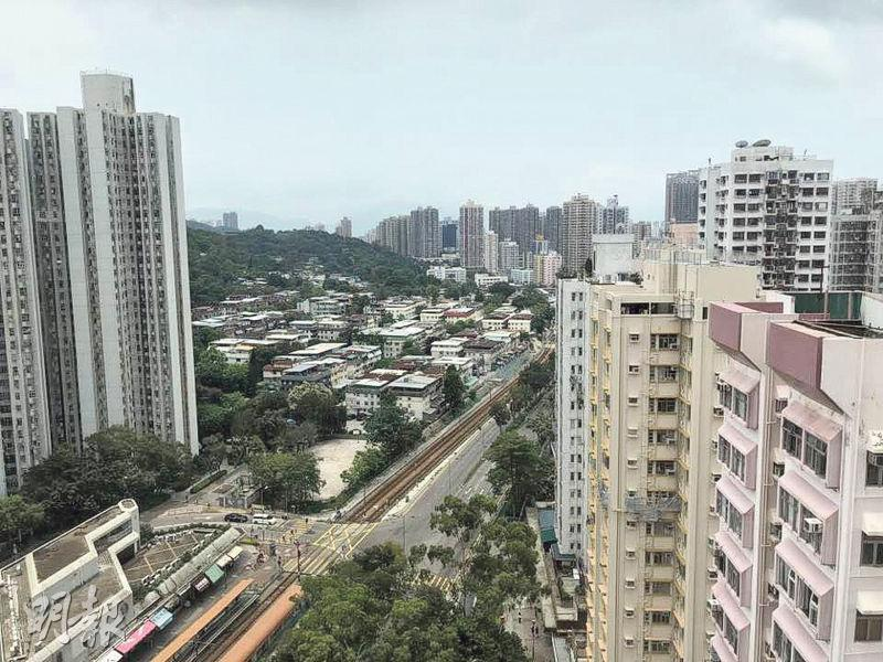 好勝大廈高層戶的主人房設有兩面大窗,景觀開揚,採光度足,亦可從其中一個窗戶遠眺區內街景。